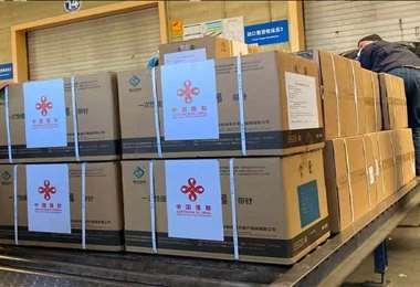 Foto referencial. Un primer lote de vacunas chinas llegó en febrero. Foto: Cancillería
