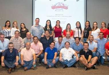 Integrantes de la comparsa Picarazos y sus esposas, coronadores del próximo año