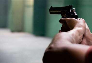 Disparo de un arma de fuego I referencial.