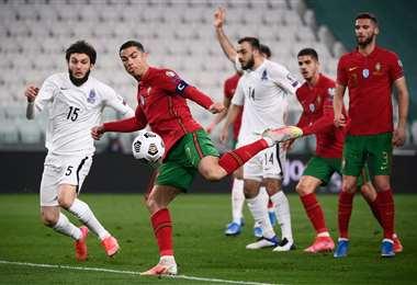 Cristiano Ronaldo se apresta a rematar en el duelo ante Azerbaiyán. Foto: AFP