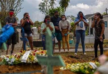 Contagio, muerte y llanto en Brasil /AFP