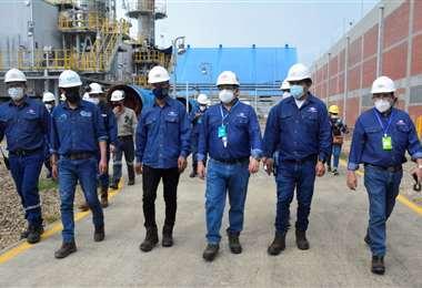 Autoridades inspeccionaron la planta/Foto: YPFB