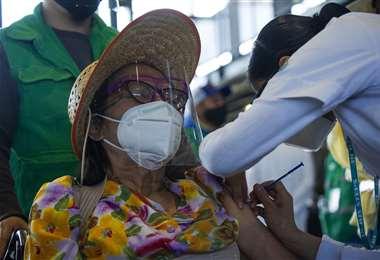 Vacunan a personas con enfermedad de base. Foto AFP