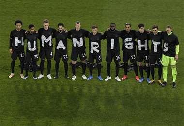 El momento que la selección alemana mostró el mensaje. Esto fue el jueves. Foto: AFP