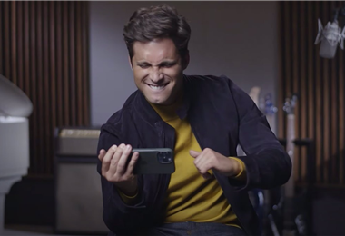 Diego Boneta viendo el tráiler de la segunda parte de 'Luis Miguel: la serie'