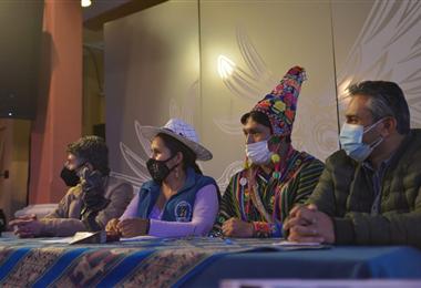 La ministra de Cultura Sabina Orellana (segunda de la izquierda) anuncia los premios