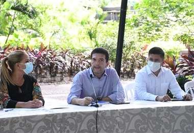 Sosa (izq.) se reunió el jueves con Gary Áñez y los concejales electos de C-A