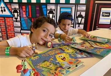 Mateo y Santiago Rivero Sottocorno felices disfrutando de la divertida colección de Bob Es