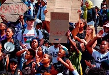 Estudiantes sudafricanos piden educación gratuita en las universidades. Foto. Internet