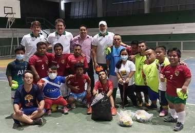 La selección boliviana de fútbol talla baja en su primer entrenamiento. Foto: Olivia Ojopi