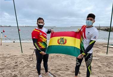 Tórrez y Arévalo con la bandera boliviana en Argentina. Foto: Febona