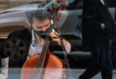 En Nueva York, y tras una vitrina, los músicos se acercan a la gente. Foto: Internet