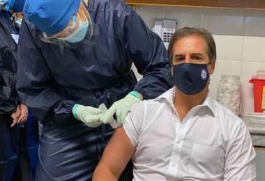 El presidente de Uruguay recibe la vacuna contra el coronavirus