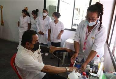 Brigadas médicas atienden de manera gratuita en la COD. Foto: JC Torrejón