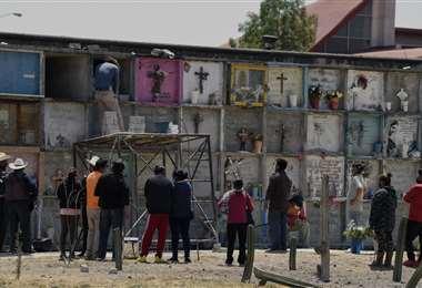 Familiares entierran a sus seres queridos que murieron por covid. Foto AFP