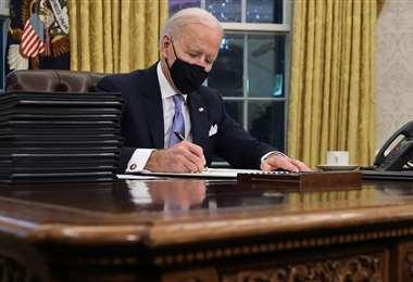 Biden da el ejemplo en el uso de la mascarilla