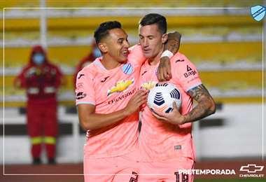 Miranda felicita a Ramos por el gol de la victoria ante Independiente. Foto: P. Bolívar
