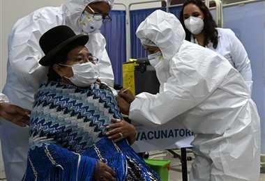 Continúa la vacunación en Bolivia. Foto AFP