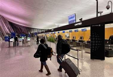 Los viajeros tendrán que cumplir con una cuarentena. Foto AFP
