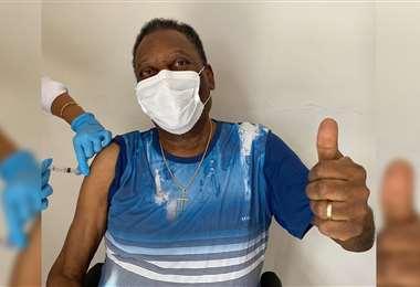 El momento en el que Pelé es vacunado. Foto: Internet
