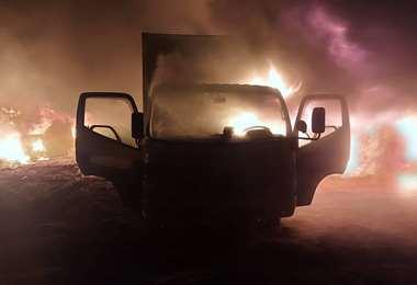 Uno de los camiones incendiados (Foto: Min Defensa)