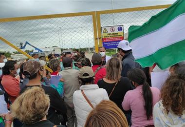 Roberto Soliz, habló con los familiares de los pacientes en las afueras del hospital