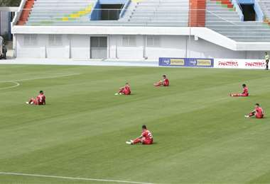 La protesta de los jugadores de Royal Pari en el partido ante Aurora. Foto: APG