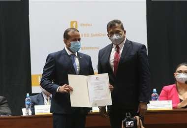 Camacho (der.) recibió su credencial de parte del presidente del TED, Saúl Paniagua