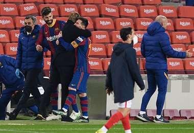 El gran abrazo entre Koeman y Messi. Felicidad plena en el Barcelona. Foto: AFP