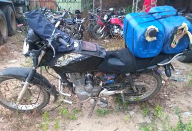 La moto del hombre que perdió la vida en Yacapaní. Foto. Soledad Prado