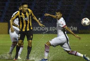 Una de las primeras jugadas del partido. Foto: AFP