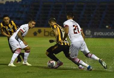 Royal Pari y Guaraní están jugando en Paraguay. Foto: AFP