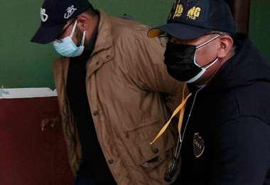 Carlos A. (izq) ingresa a la FELCC acusado de agresión sexual (Foto: APG Noticias)