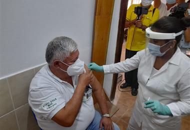 Juan Eloy Monje fue el primero en recibir la vacuna contra el Covid-19 en Ñuflo de Chávez