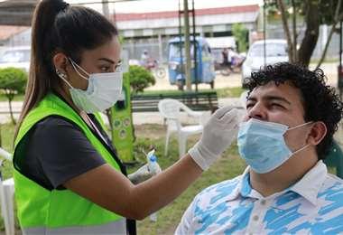 Pruebas de antígeno nasal en el cambódromo. Foto: Ricardo Montero