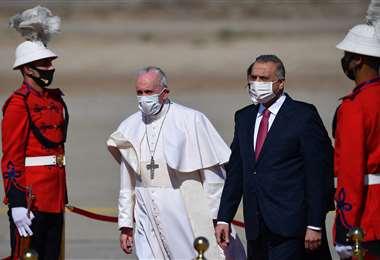El papa fue recibido en el aeropuerto de Bagdad por el primer ministro, Mustafa al Kazemi.