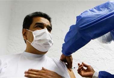 Maduro recibe la vacuna Sputnik V