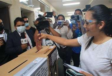 Adriana Salvatierra, candidata a la Alcaldía por el MAS, emite su voto/Foto: Harold Vaca