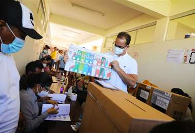 Aguilera enseña su acta antes de emitir su voto
