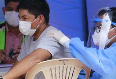 La vacunación avanza con el personal de salud y personas con enfermedades de base