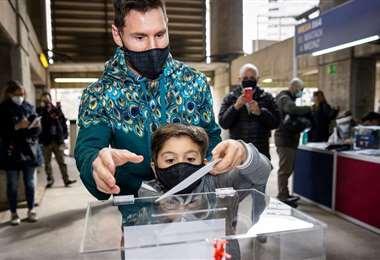 Messi acudió a la votar en el Barcelona con su hijo Thiago. Foto. AFP