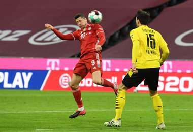 El cabezazo de Lewandowski en un partido ante el Dortmund. Foto: AFP