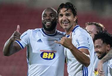 Martins (der) celebra con Manoel, autor de uno de los goles del Cruzeiro. Foto: Cruzeiro