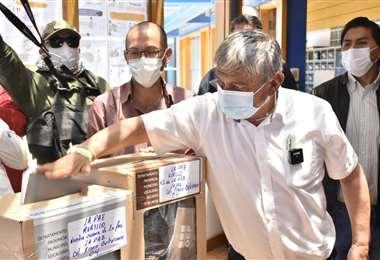 Iván Arias votando I APG Noticias.