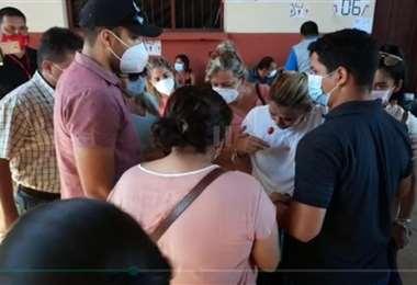 Momento en el que Áñez fue rodeada para recibir asistencia