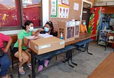Hay mesas que no fueron abiertas en el colegio Josefina Bálsamo.  Foto: Fuad Landívar
