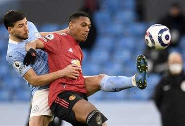 Martial y Dias disputan la pelota en el duelo que ganó el United. Foto: AFP