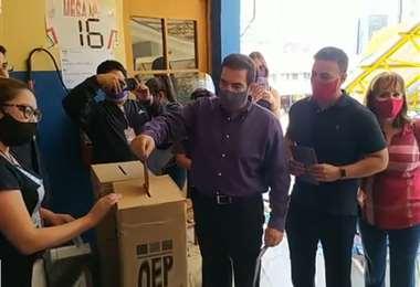 Padre (izq.) e hijo (der.) sufragaron en el recinto electoral 'Don Bosco'