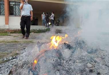 Pasadas las 17:00 un grupo de ciudadanos quemó las ánforas de un recinto en Colpa Bélgica