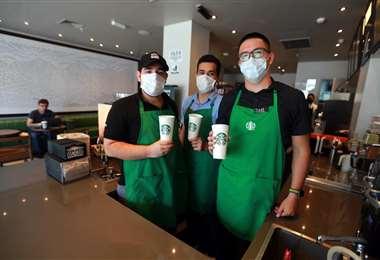 Amables baristas te recibirán en Starbucks. Foto: Fuad Landívar